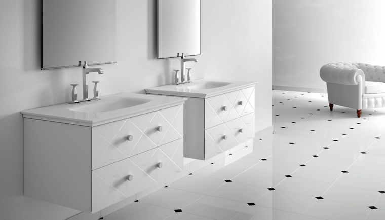 Bagno con due mobili di colore bianco lucido rivestimenti bagni