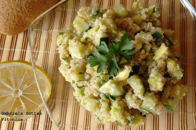Receta ligera y saludable de ensalada verde de quinoa. Ingredientes, preparación, cocción y tabla de calorías con hidratos, proteínas y grasas