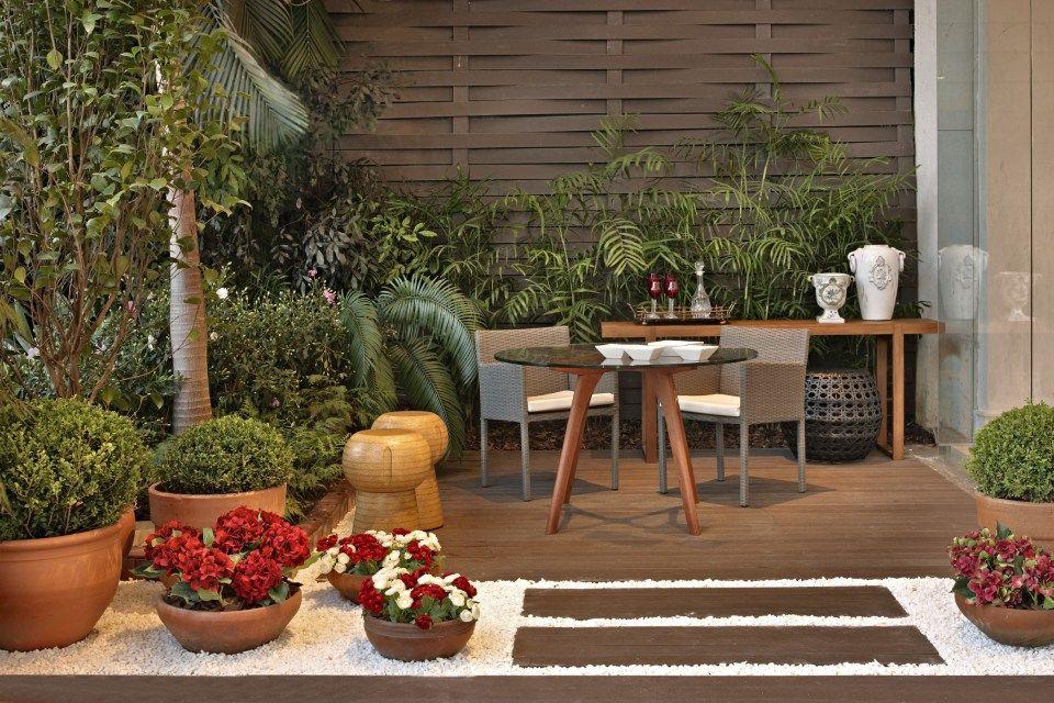 Área de Lazer pequena, com lindas plantas, piso imitando madeira.