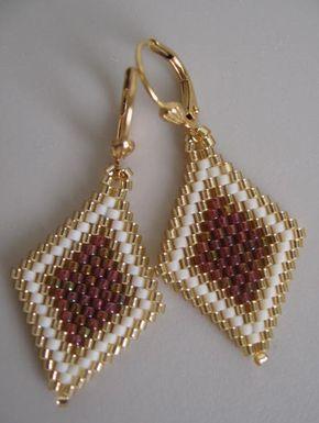 Estos pendientes de beadwoven bonita, pequeña y ligera son hechos a mano con brillo transparente frambuesa oro del arco iris, mostacillas delica y oro mate. Miden 1-3/4 de largo incluyendo la earwires criolla plateado.