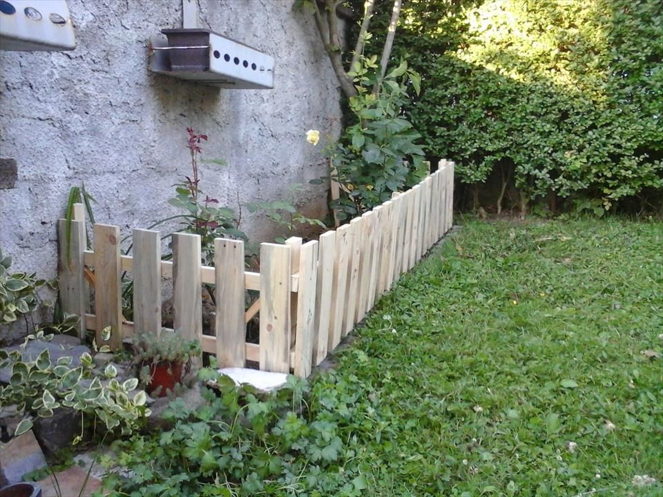 18 diy garden fence ideas to keep your plants garden for Homemade fence ideas