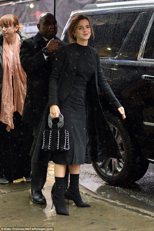 Sie lächelt immer noch! Emma Watson winkt der Menge zu   – Fashion Icon: Emma Watson