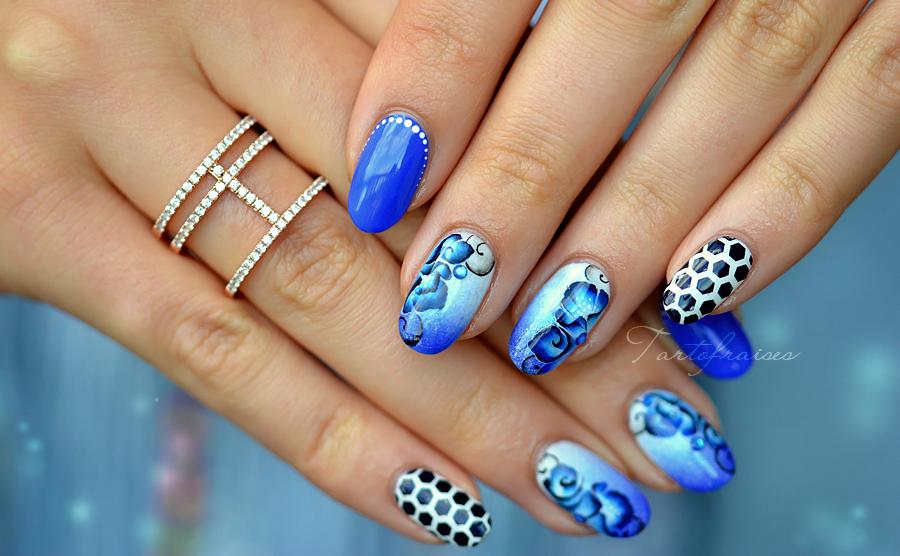 Nail art one stroke fleurs bleues de l'espace