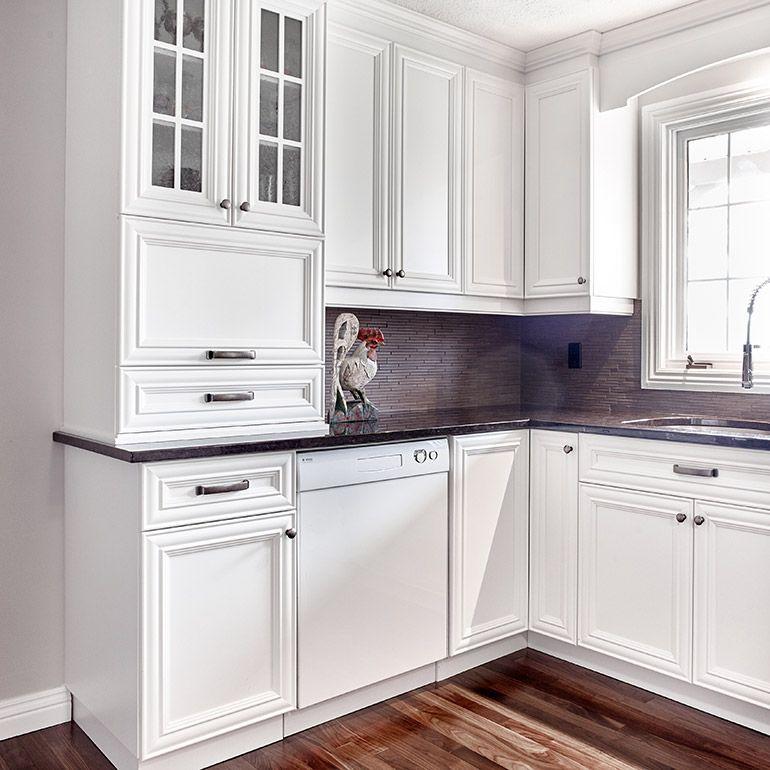 Cuisine style classique avec vitre décorative pour armoire en bois ...