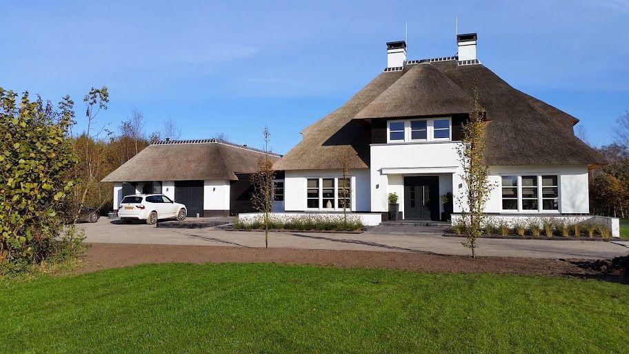 Witte rietgedekte villa met een symmetrische opzet dubbele garage te overijssel ontworpen door for Modern huis binnenhuisarchitectuur villas