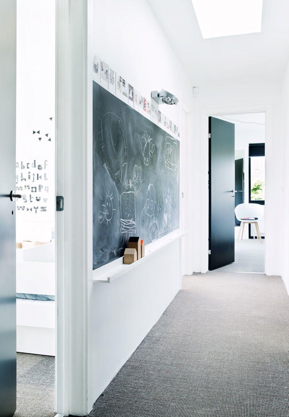 Eine schöne Idee für den Flur Eine Holzplatte mit Tafelfarbe
