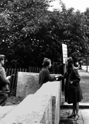 """Conversation between two friends over the wall of the """"first generation"""" in the Harz road along the border Neukölln / Treptow 23rd August 1961"""