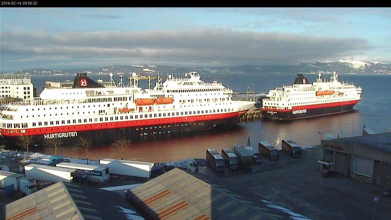 Trondheim havn søndag 14.februar 2016. Ved kai nordgående hurtigrute MS FINNMARKEN og sørgående MS RICHARD WITH. (webkamera)