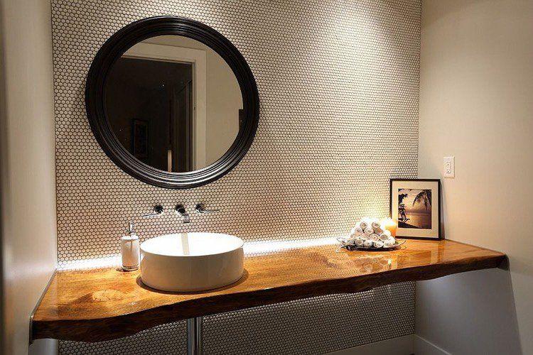 Salle De Toilette Contemporaine Amenagee Avec Un Plan Vasque Bois Brut Avec Eclairage Indirect Salle De Toilette Meuble Pour Vasque A Poser Idee Salle De Bain