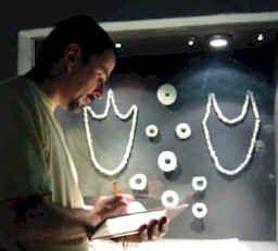 Ornamentos rituales usados en las ofrendas del Templo Mayor en Tenochtitlan. Sobresalen los objetos de concha y jade los cuales representan las riquezas del difunto. (Cultura Azteca - Templo Mayor 1325 d.c.)