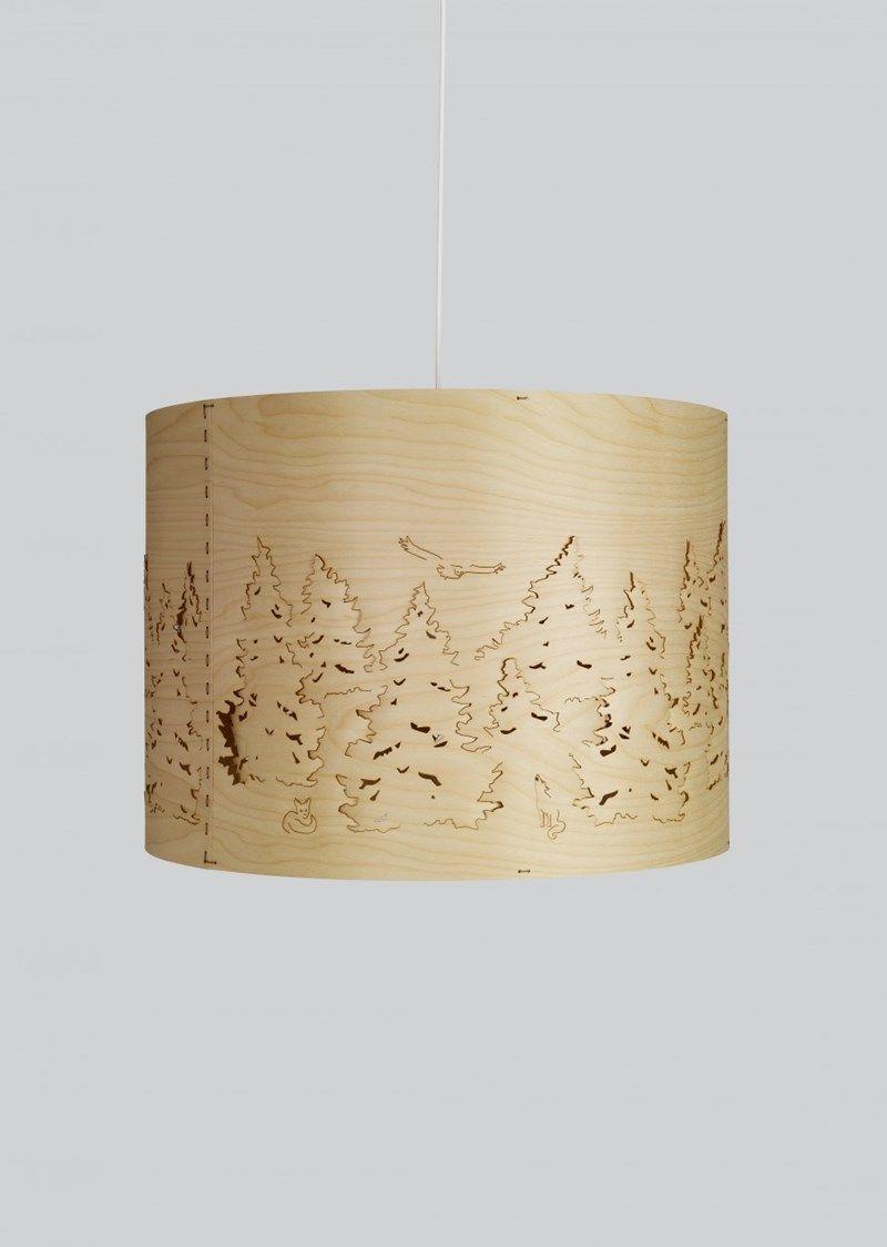 Lampen Norwegian Forest er enlampe i en serie med 3 lamper hvor elementene erlaget av bjørk eller hvit ask finér, som skildrer en furuskog med dyr.  Lampener inspirertav klassisk skandinavisk tradisjonved å bruke tynne, gjennomsiktige finér strimler. Det intrikate mønsteret er laserkuttet av dyktige håndverkere i Sverige. Skyggen er laget av førsteklasses kvalitet, dobbelt nordisk bjørkefinér eller ask finér med en hvit, semi transparent beis på utsiden og hvitt papir på innsiden.…