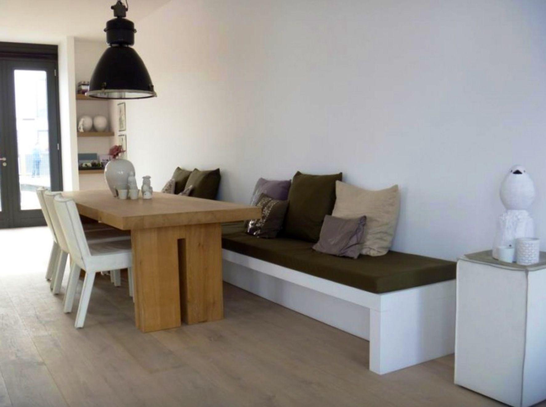 Strakke bank Leuk witte bank en houten tafel qua kleur