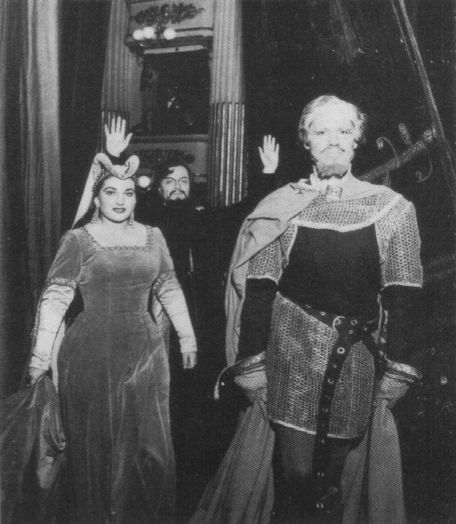 10 - Maria estreou oficialmente no Scala em 1951 com I vespri siciliani, ao lado de Boris Christoff (ao fundo) e Enjo Mascherini. Foi um dos seus maiores triunfos na Itália.