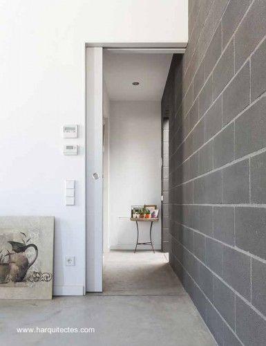 muro de bloques grises y paredes blancas