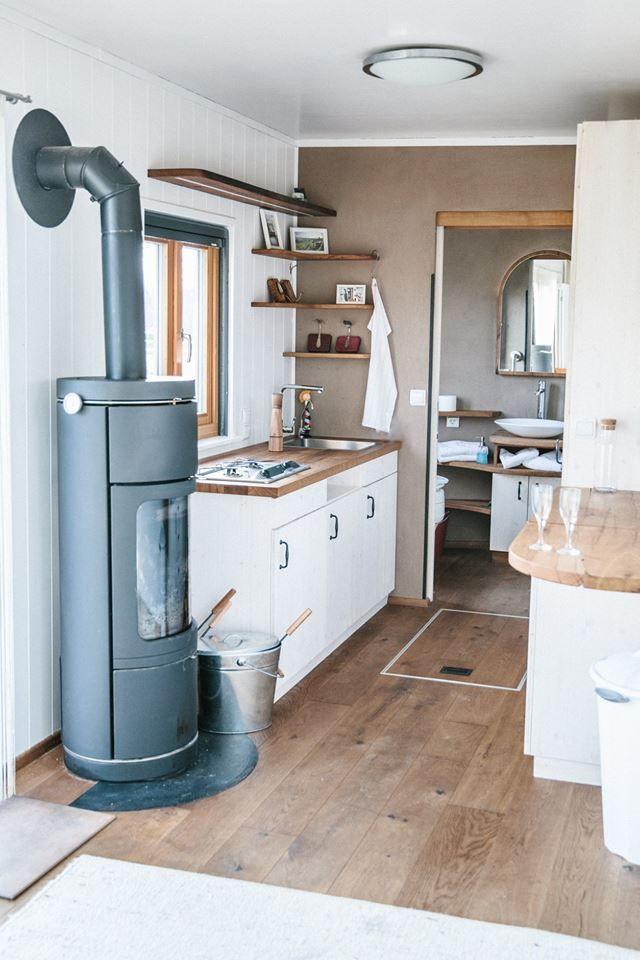 Tiny House Küche - Wohnwagon Frieda in  diyapartmentdecor #apartmentdecoratingonabudget #apartmentkitchen #rusticapartment #cottagekitchens #cottagehomes #homekitchens #diykidsroom #studiodecor