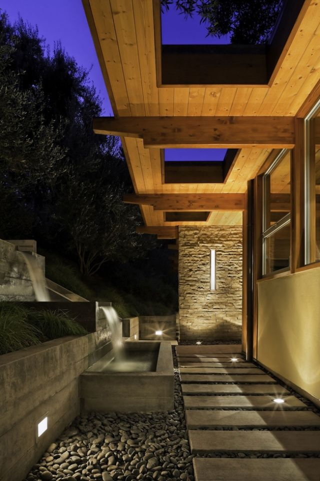 Kaskadenförmige Gestaltung Wasserfall Garten Haus Eingang  Gartenwege Beleuchtung