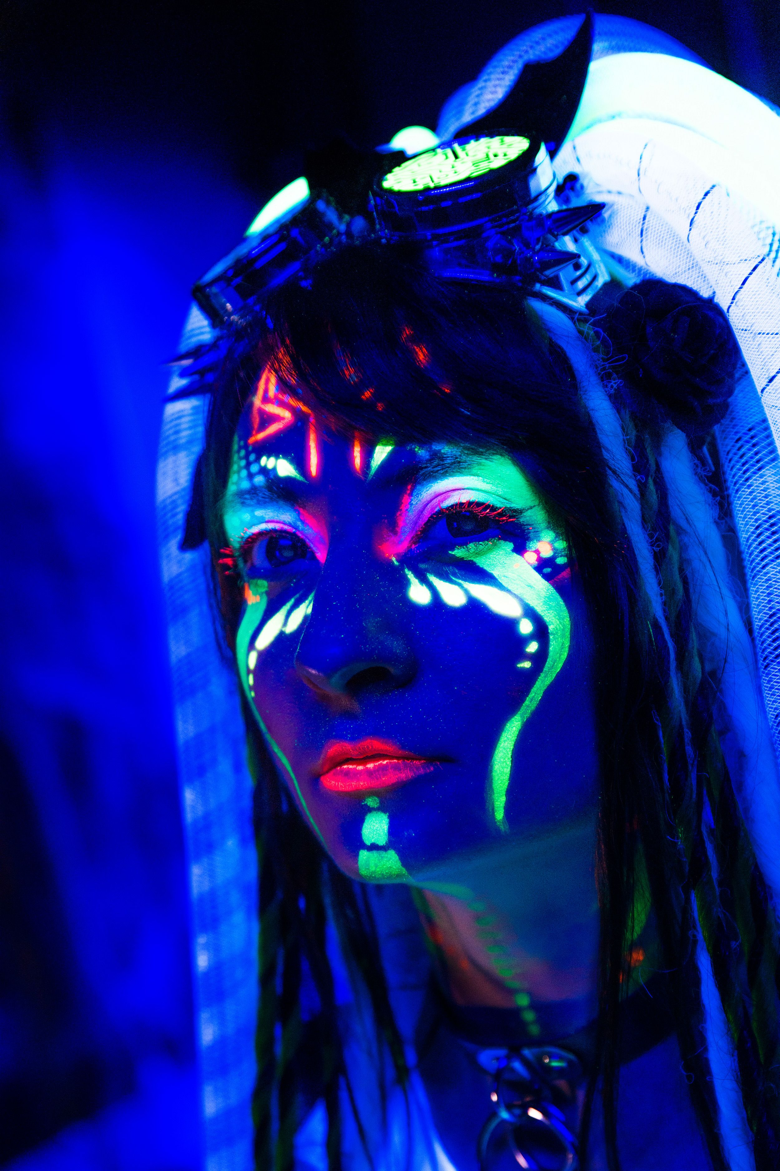 Bodypainting on nude girl painted with uv colors   Premium
