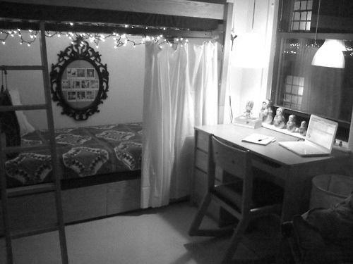 Curtains on bottom bunk bed keeps light out Brilliant Dorm decor