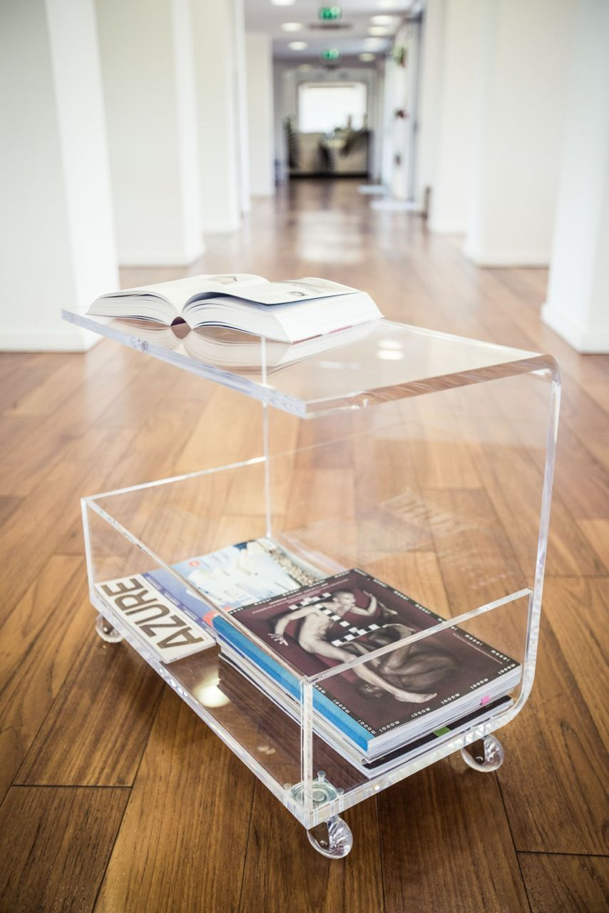 Clear acrylic coffee table with magazine rack.  www.framuntechno.com