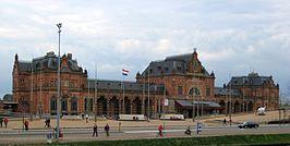 Station #Groningen, plaatselijk bekend als het Hoofdstation, is het belangrijkste spoorwegstation in de stad Groningen. Het ligt aan de zuidkant van de binnenstad, net over het Verbindingskanaal.
