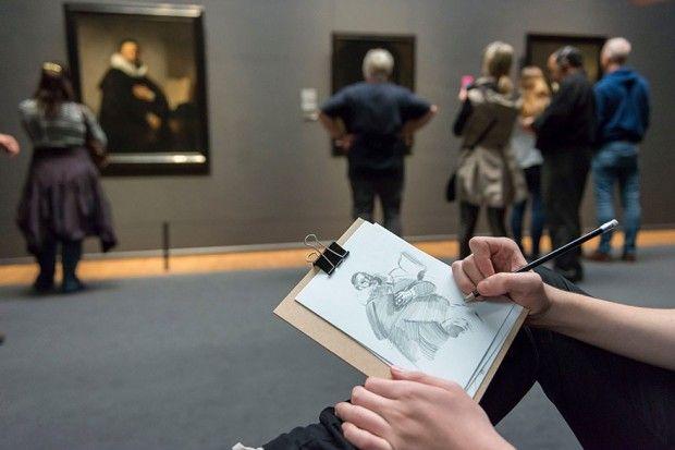 Le Rijksmuseum à Amsterdam vient, ni plus ni moins, d'interdire les photos dans ses galeries, fini les centaines de perches à selfie, les milliers de visiteurs rivés sur leurs smartphones et la nuée de tablettes devant chaque oeuvre !  Le musée nous oblige à prendre le temps, à nous immerger dans les peintures, à comprendre les artistes, à apprécier la beauté des oeuvres. Pour visiter les lieux et vous imprégner au max des oeuvres, le Rijksmuseum vous invite à dessiner et à croquer ce que...