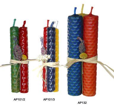 Atadillos de velas de panal con flores secas, realizadas artesanalmente con láminas de cera virgen.