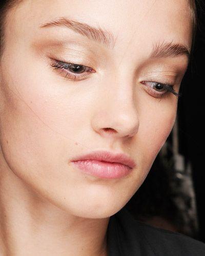 Braut Make-up von Carolina Herrera mit sanftem Lidstrich, schimmerndem Lidschatten und dezentem Lippenstift