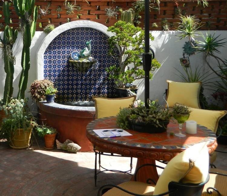 plantes et am nagement jardin m diterran en 79 id es table ronde en bois table ronde et. Black Bedroom Furniture Sets. Home Design Ideas