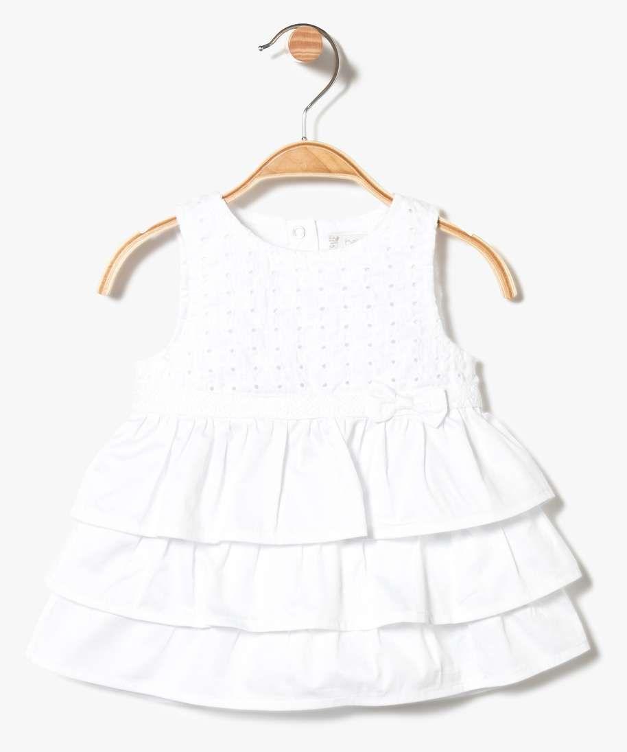 Une robe pour petite fille idéale pour une cérémonie ! Robe avec buste  brodé et partie jupe avec trois volants. La taille est marqu. a1de5a52e53