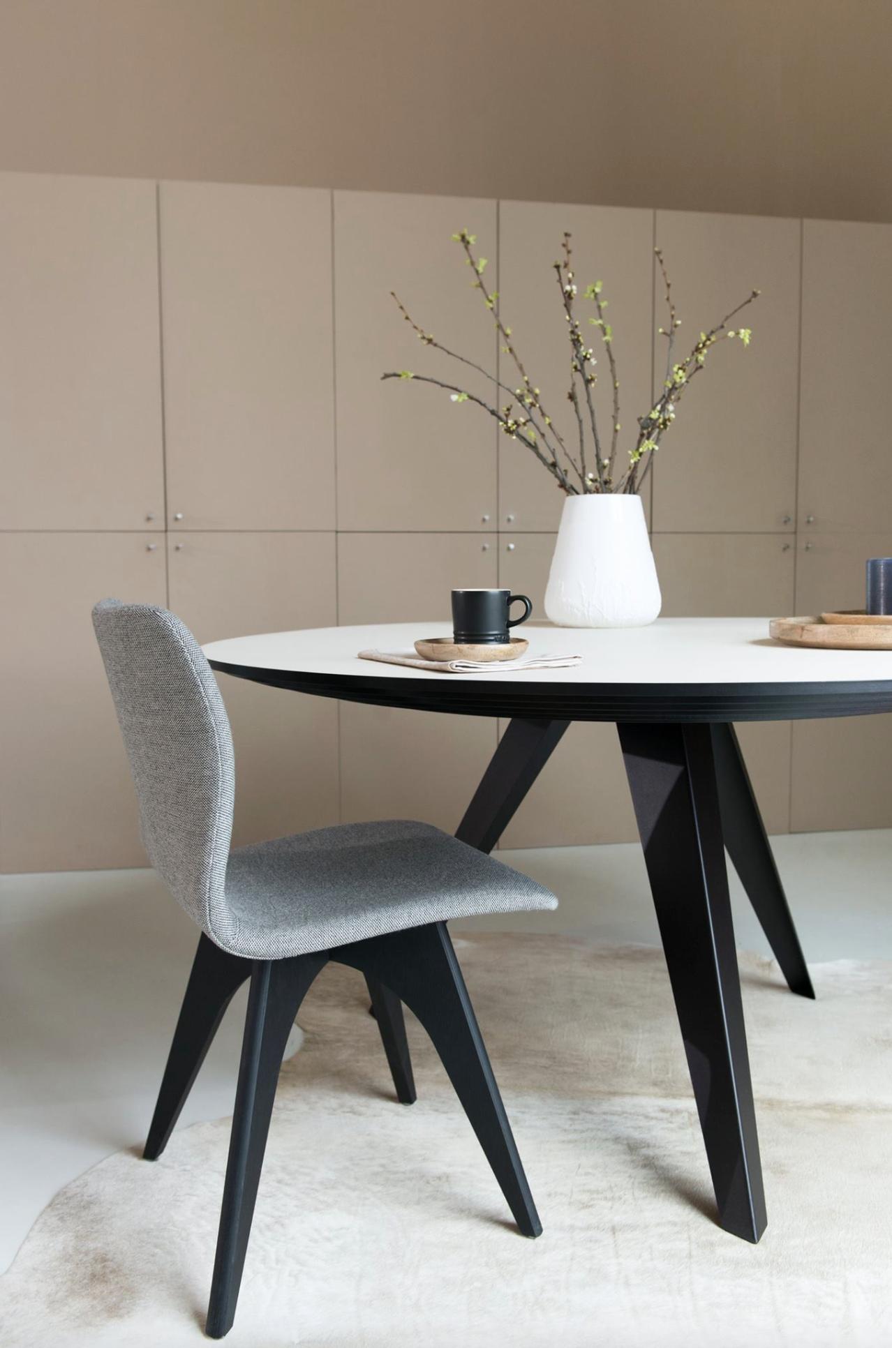 une table ronde anime joliment une salle manger de taille modeste table ronde belly - Table Ronde De Salle A Manger