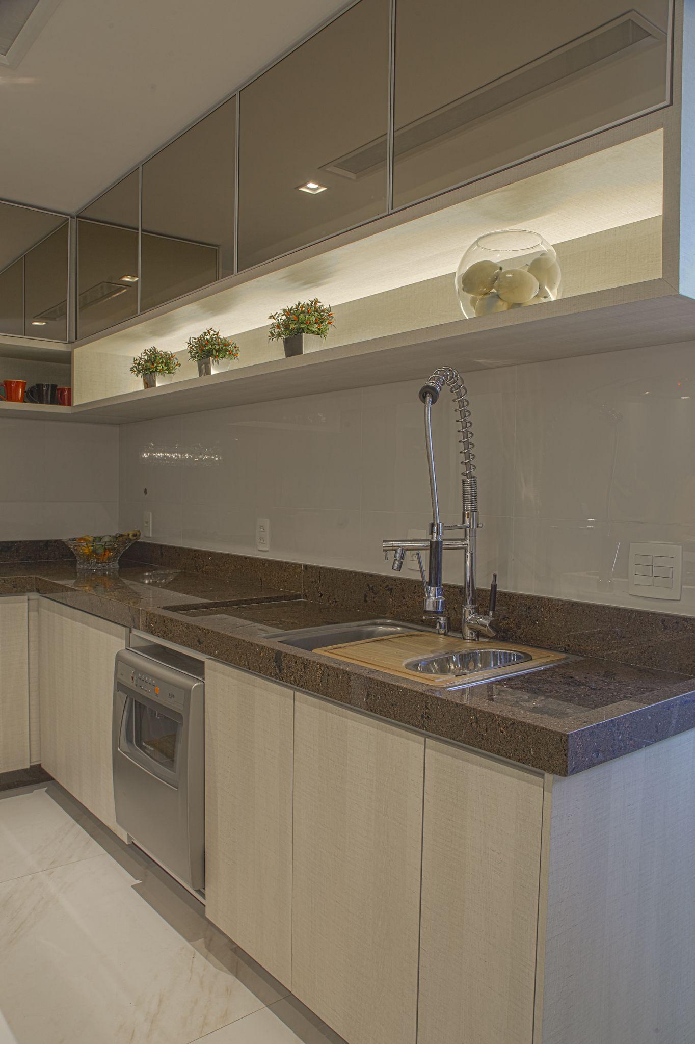 Armario superior com portas espelhadas e nicho iluminado para Cozinha Projeto Carolina Fontes