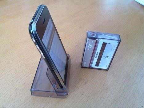 Hoera, die prehistorische cassettes in je kelder kan je toch nog gebruiken! Als iPhone-houder bijvoorbeeld.