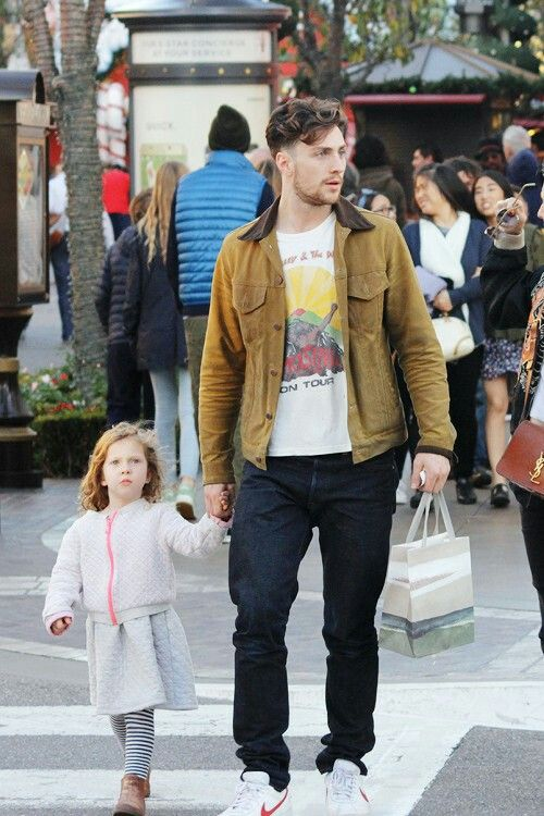 Aaron Taylor-Johnson take his daughters Christmas shopping ...
