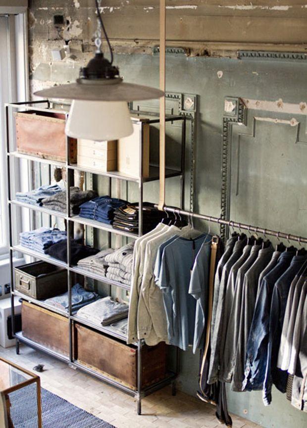 LONDRES. La tienda de Londres de la marca sueca Nudie Jeans ha sido habilitada como taller para reparar viejos pantalones vaqueros. La directora creativa de Maria Erixon Levin se inspiró para realizar el...