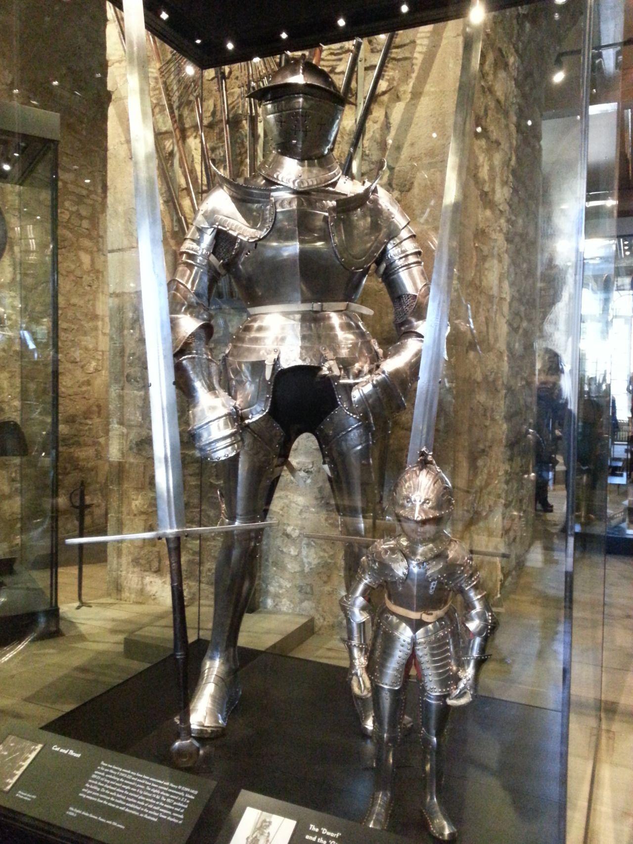Ninjalinslondon ロンドン塔 ホワイト タワーでロイヤル武器庫 ジャイアント アーマーはドイツの騎士プレートアーマーです 1540年 子供の騎士アーマー 多分イギリス 1610年 そして Tower Of London London Sightseeing Medieval Knight