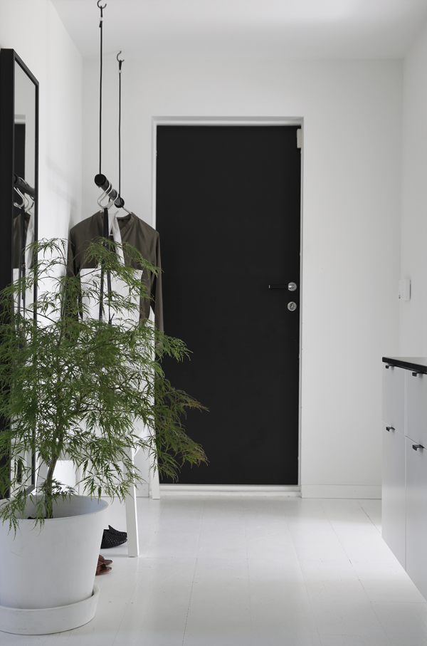 Black and white hallway in lovely Norwegian home / Elisabeth Heier.
