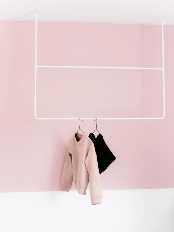 Ein quadrat an der wand in rosa kolorat wandfarbe rose rosa streichen impression - Hellrosa wandfarbe ...