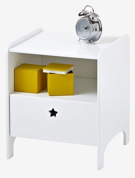 ob wecker lampe b cher oder lieblingsspielzeug auf diesem kinder nachttisch mit stern ist. Black Bedroom Furniture Sets. Home Design Ideas