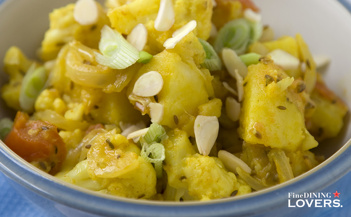 Looking for tasty vegan dishes? Try this easy recipe for cauliflower and potato salad, enriched with curry powder, cumin and coriander seeds.
