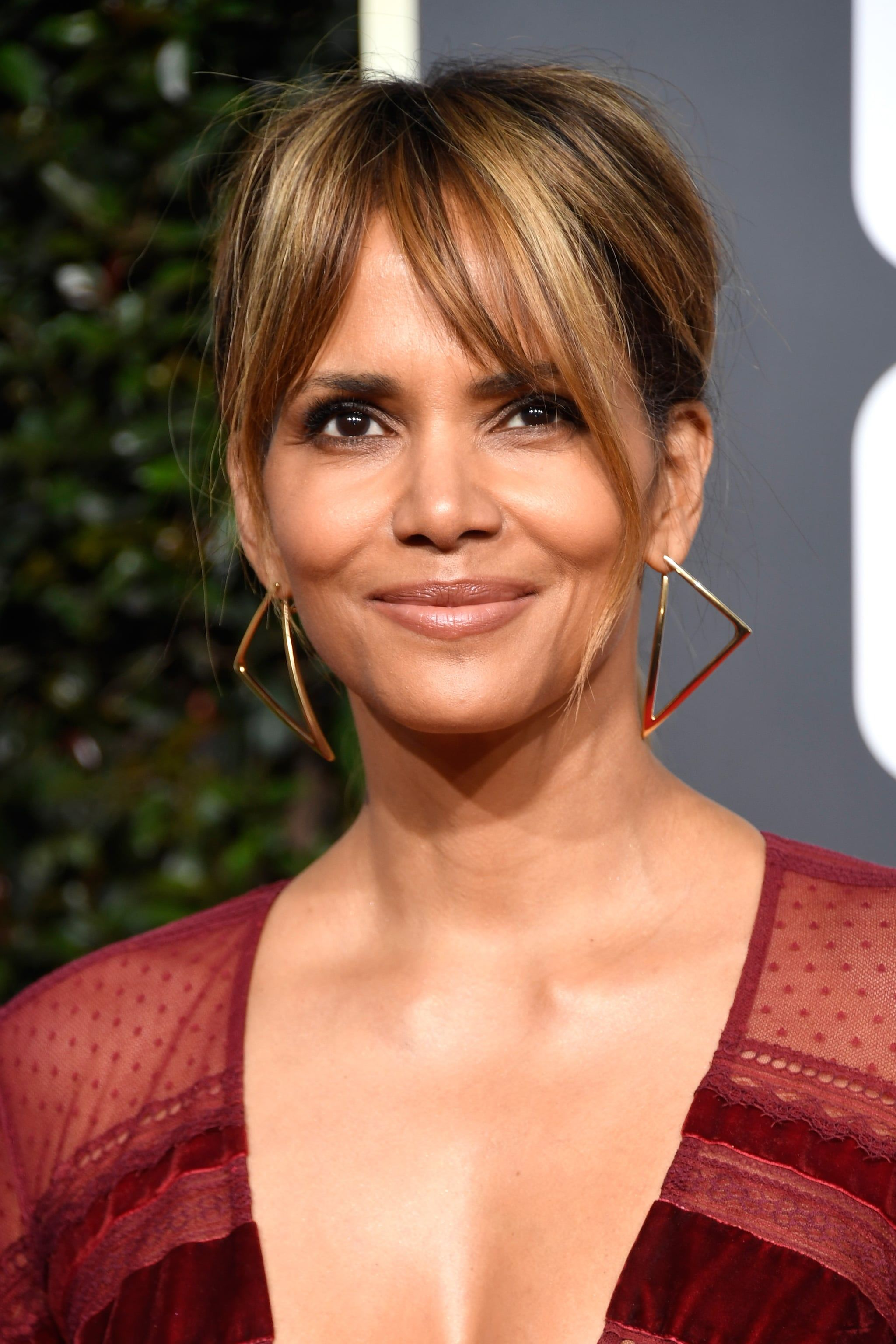 Get Ready For The 2020 Golden Globes By Reminiscing About Last Year S Looks Growing Out Bangs Halle Berry Hairstyles Oval Face Haircuts