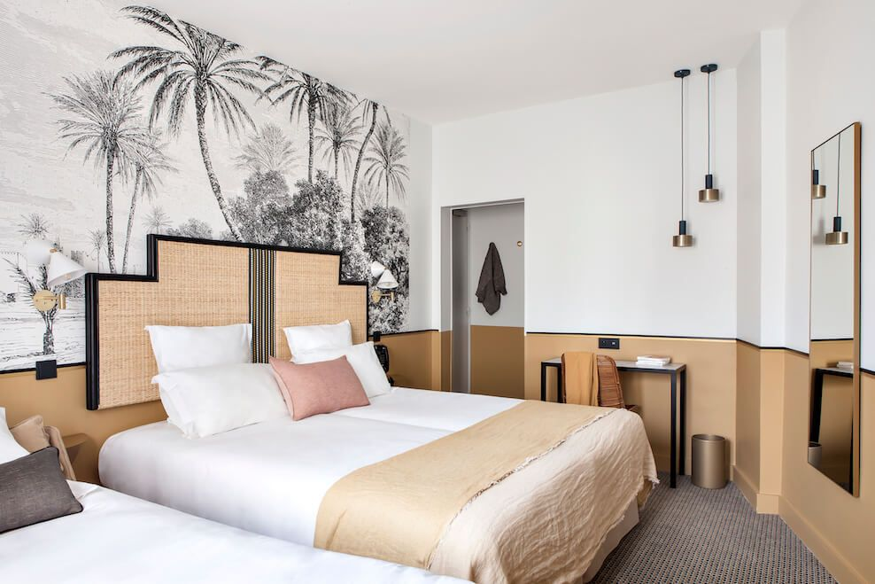Une chambre de l h tel doisy paris avec le papier peint for Decor hotel fil