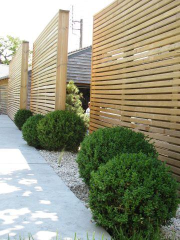 Ecran Bois En Liteaux Ajoures Amenagement Jardin Jardins Claustra Exterieur