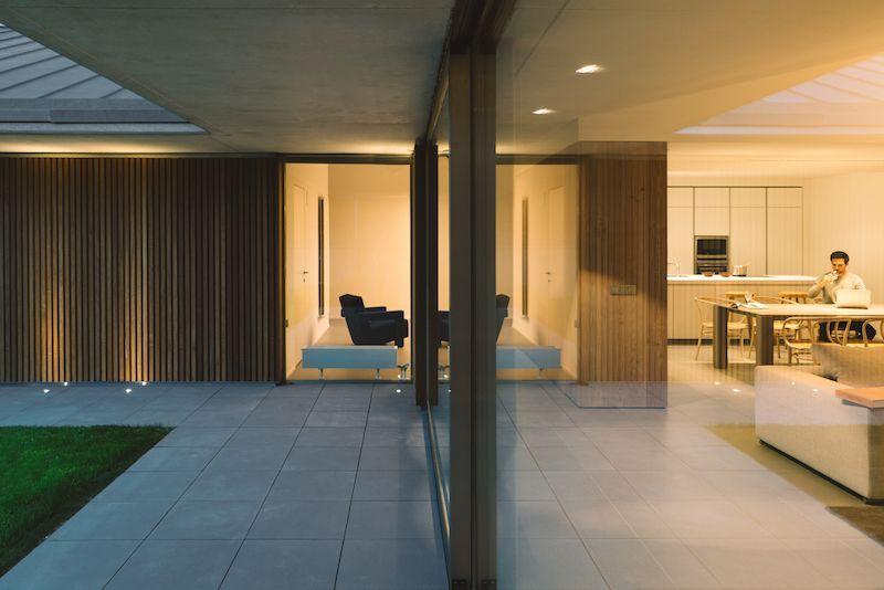 Ein modernes familienhaus das durch eine feste betonmauer gestaltet