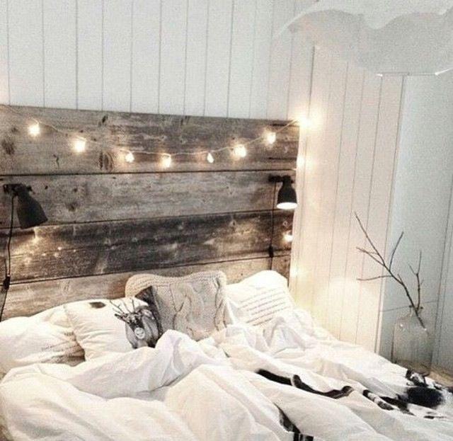 Romantisches bett mit lichterkette  Gemütliches Schlafzimmer mit rustikler Bettrückwand und ...
