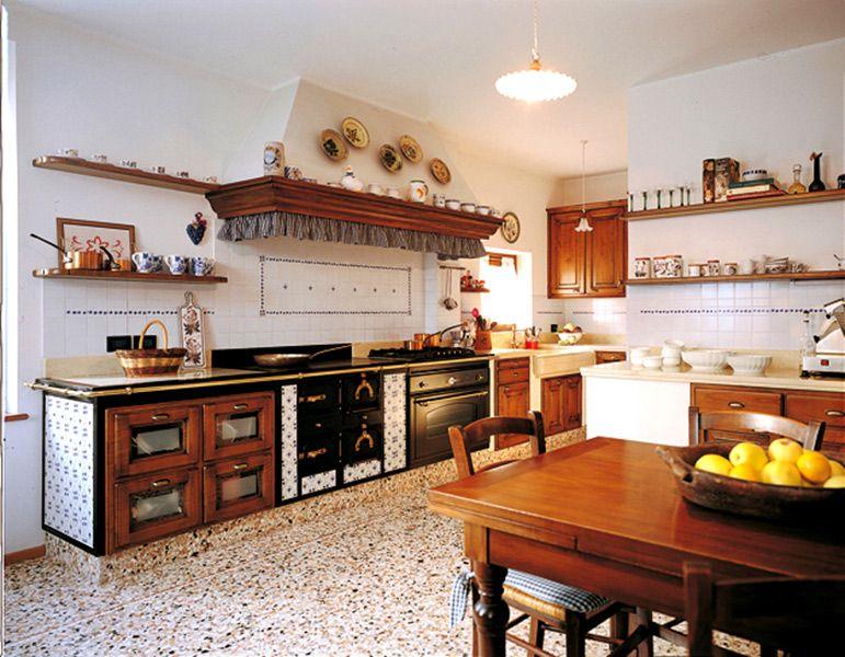cucina tradizionale su misura con cappa con trave di legno e ...