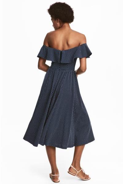 a688a2a909572 Robe de longueur mi-mollet en jersey de coton épais à maille texturée.  Modèle épaules nues avec large volant et élastique en haut. Découpe à la  taille et ju