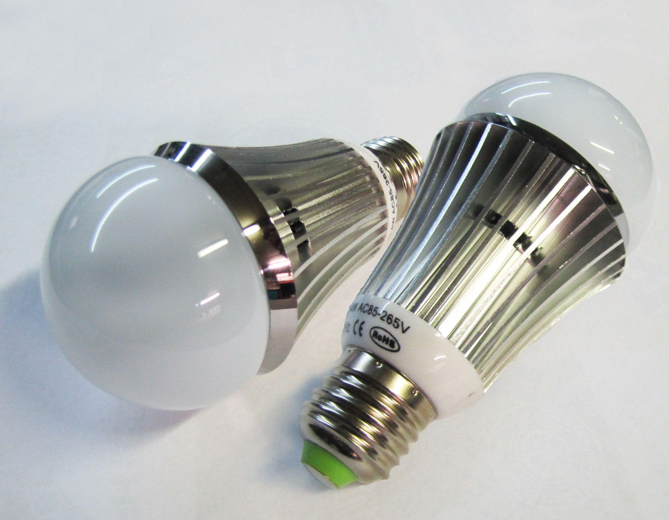 Bombillos LED con zócalo E27 para remplazo directo de luces incandescentes o bajo consumo, reduciendo hasta un 85% en el gasto eléctrico. Duración de más de 50.000 horas y cero mantenimiento. Completamente reciclable.