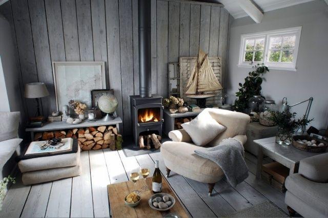 Einrichtung Wohnzimmer Landhausstil Kaminofen Holz Graue Wandfarbe