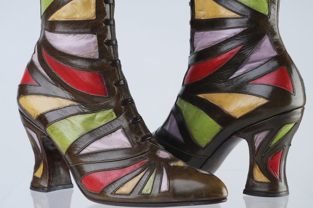 Museum Of Vancouver It S A Shoe In Running With Heels Sapatos Acessorios Looks