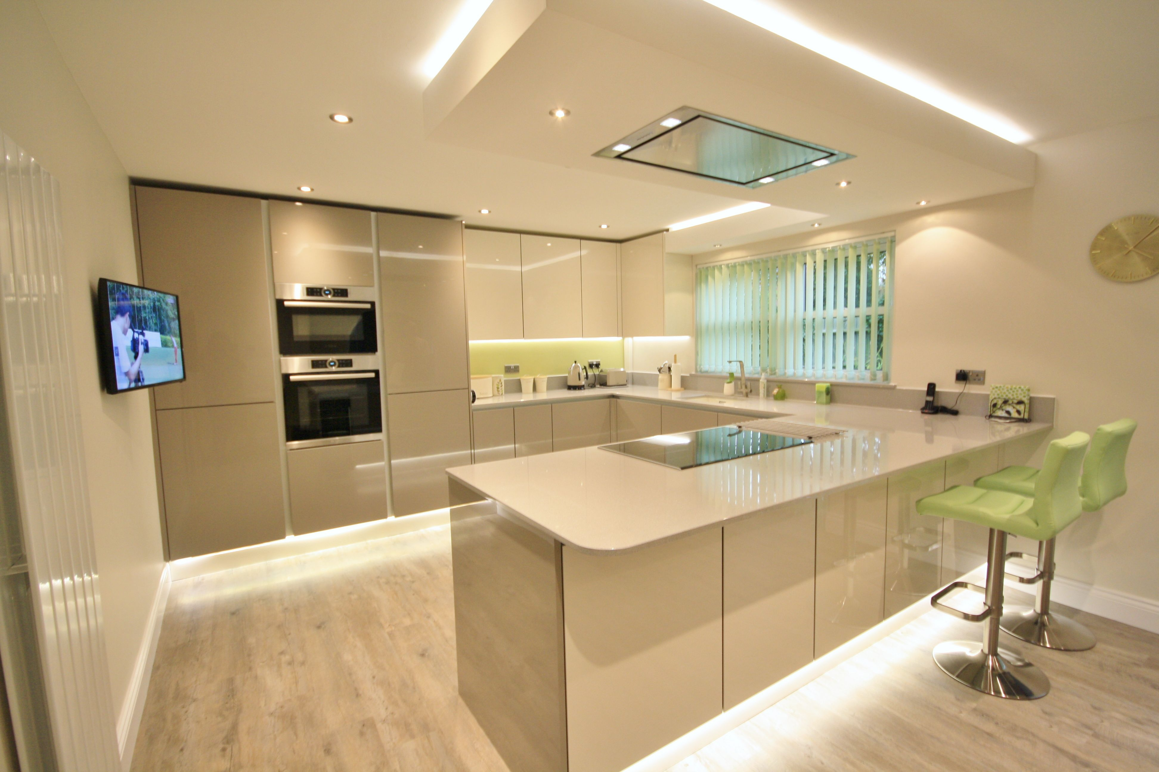 Eye level ovens integrated in the tall units creates more storage